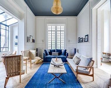 peindre un plafond en gris dans un grand salon lumineux