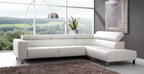 canapé angle moderne le canape en cuir blanc pour une decoration epuree de
