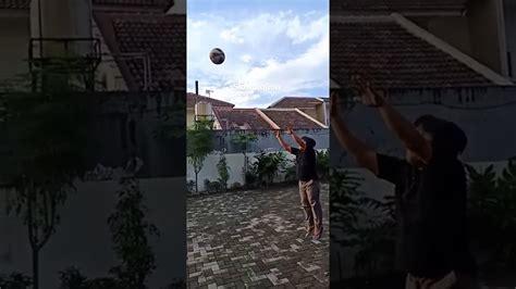 Melempar bola dapat dilakukan dengan cara melempar bola ke bawah, mendatar, dan melambung. Lempar Bola Basket - Olah raga - YouTube