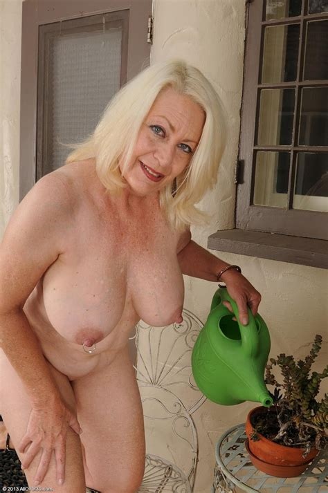 Sexy All Natural Mature Gets Wet Pichunter