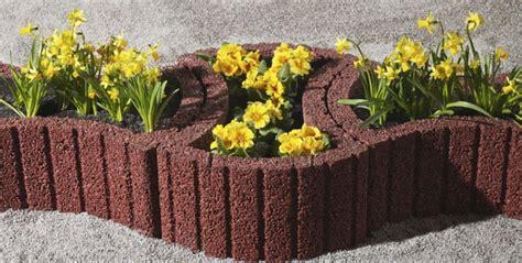 parterre de fleurs sureleve  mur vegetalise en parpaings