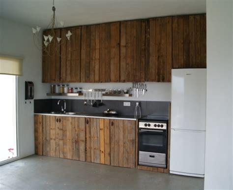 construire sa cuisine en bois mobilier pas cher 21 idées avec des palettes en bois