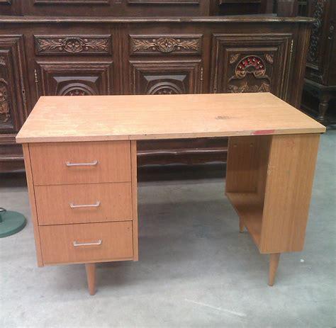 repeindre bureau bois repeindre un bureau avec un effet brillant diy family