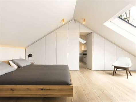 einbauschrank schlafzimmer dachschräge einbauschrank mit t 252 r zum bad retreat haus dachboden