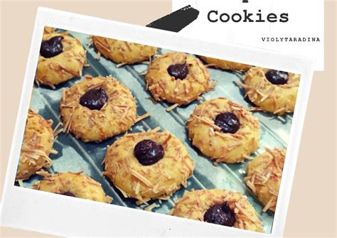 These cute little thumbprint cookies are easy to make with a dollop of your favorite jam! Resep Chocolate Thumbprint Cookies oleh Violyta Radina Puteri - Cookpad