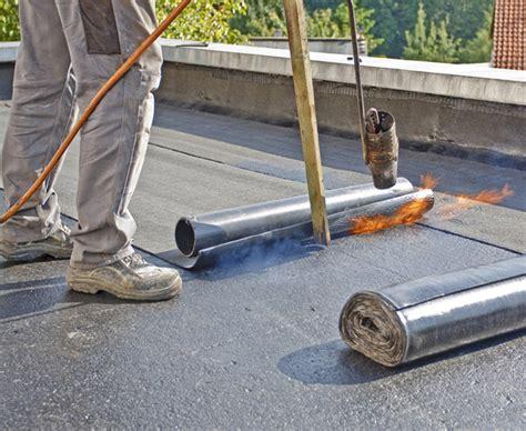 Flachdach Abdichten Oder Flachdachsanierung dachpappe verlegen flachdach flachdach gartenhaus