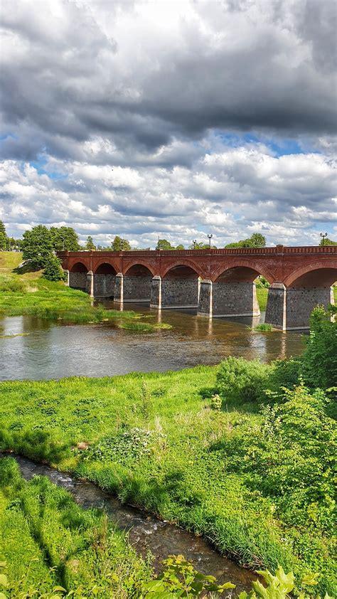 Kuldīgas tilts attēlots satiksmes apļa apstādījumos ...