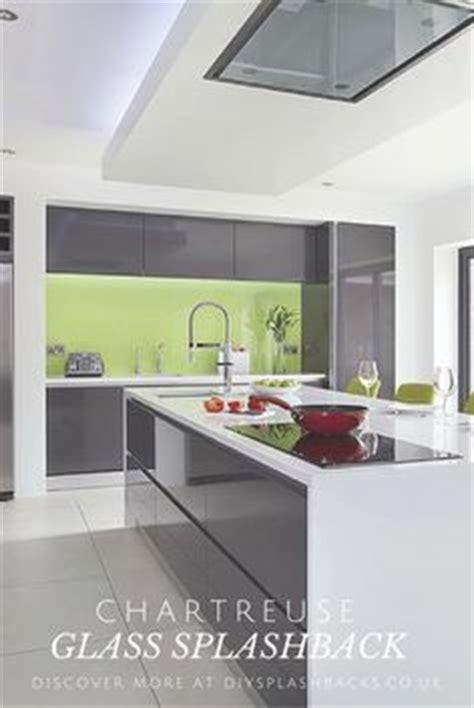 cocina  mobiliario en  blanco cristal combinado