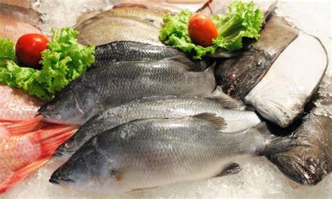 de cuisine qui cuit 2 plats de poissons poisson cuit à la vapeur de style