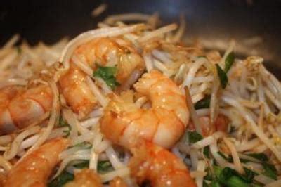 cuisiner du soja recette crevettes au pak choï agrémenté de pousse de