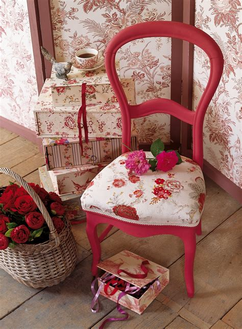 tapisser une chaise en tissu une chaise en tissu fleuri rebrodé