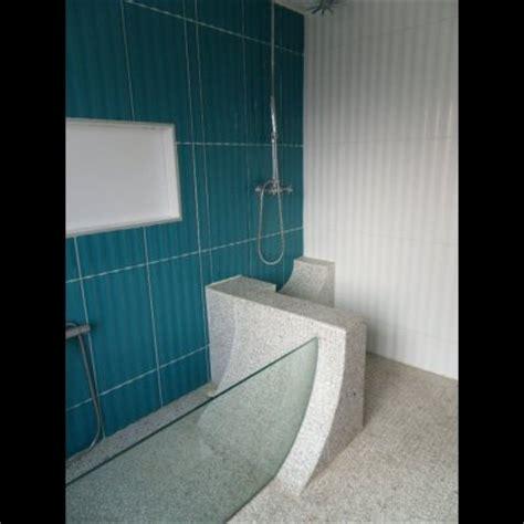 la salle de bains propose une baignoire transparente ainsi