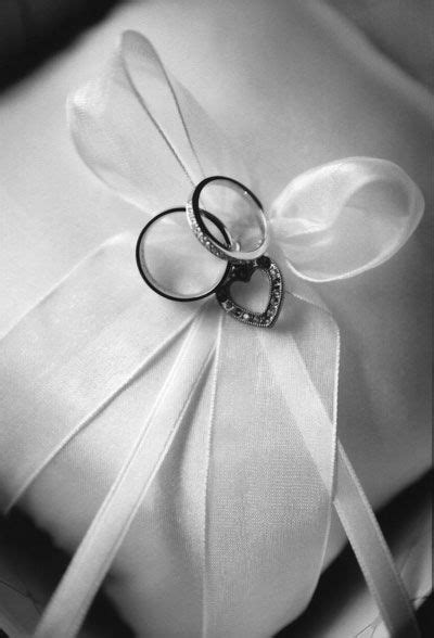 wedding ring pillow tie how to tie rings to wedding pillow source dreamirishwedding com dream wedding 家家酒