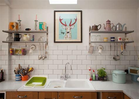 etagere deco cuisine visite un cottage coloré cocon de décoration le