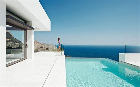 house canapé d angle piscine à débordement avec vue sur la mer