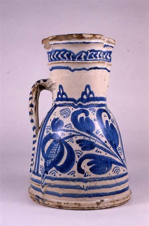 jarro ceramica esmaltada en blanco  pintada en azul
