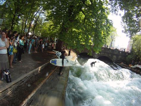 surfer münchen englischer garten adresse eisbachwelle de eisbach m 220 nchen river surfing alles
