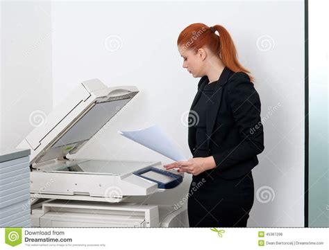 femme de bureau femme d 39 affaires travaillant à l 39 imprimante de bureau