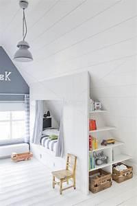 Kleines Kinderzimmer Ideen : sch nes helles kinderzimmer mit dachschr ge tolle idee f r eine bettnische hausbetten ~ Indierocktalk.com Haus und Dekorationen