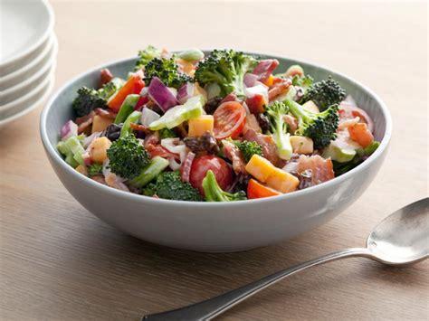 Sallatë brokoli me proshutë dhe domate | Receta Gatimi