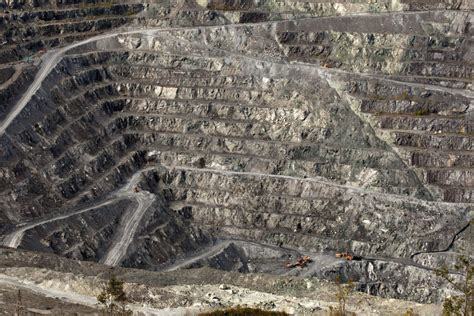 canadas asbestos industry suspends work   time