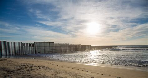 Mexico / US Pacific Ocean Border Fence | United States and ...