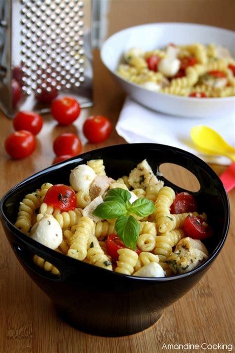 salade de pates poulet recette de salade de p 226 tes au poulet pesto tomates cerise et mozzarella la recette facile