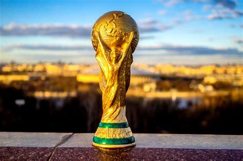 insolite   vole le trophee de la coupe du monde de