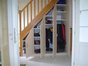 Amenager Sous Escalier : placard sous escalier portes battantes beige escaliers ~ Voncanada.com Idées de Décoration