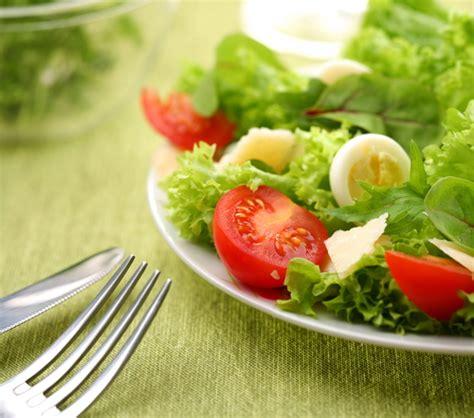 3 fr recettes de cuisine salade aux tomates et aux œufs durs châtelaine