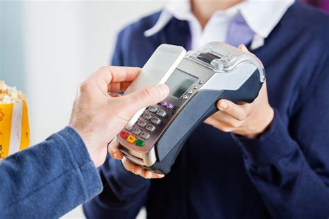 siege mango payer avec téléphone portable billet de banque