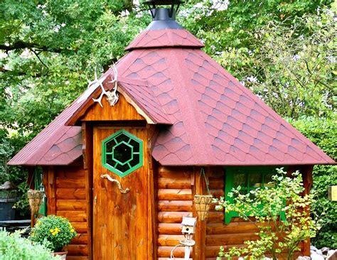 spielgeräte für den garten nordisches sechseck gartenhaus eine grillh 252 tte mit grillschorstein in der mitte
