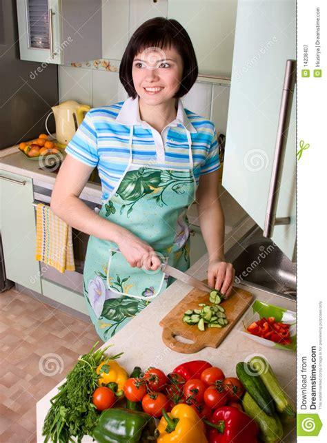 la cuisine des femmes l 233 gumes de d 233 coupage de femme dans la cuisine photographie stock libre de droits image 14238407
