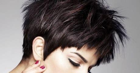 modne krotkie fryzury dla pan po