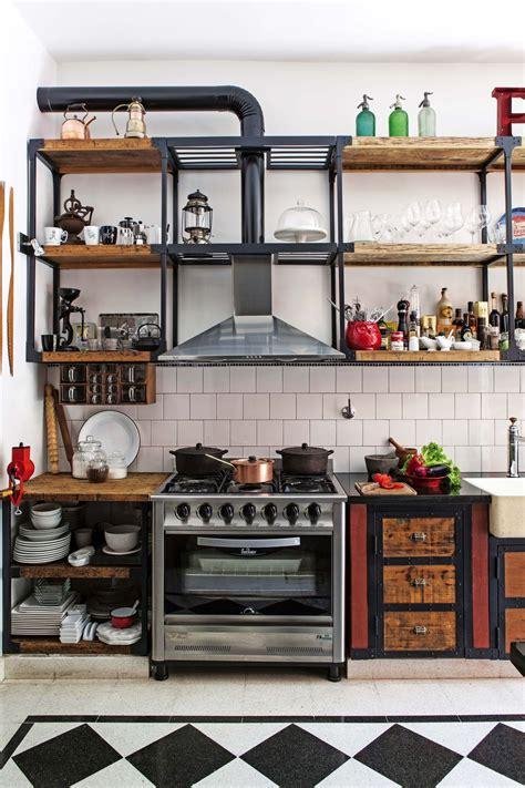 una cocina disenada  exponer los tesoros de sus duenos