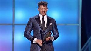 mahomes accepts the 2018 offensive player of the