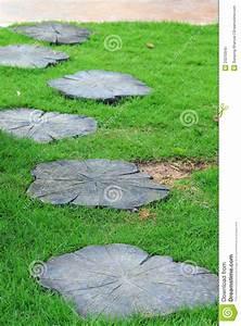 chemin en pierre de jardin avec l39herbe verte photo libre With chemin de jardin en pierre