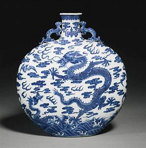 A RARE BLUE AND WHITE 'DRAGON' MOONFLASK QING DYNASTY ...