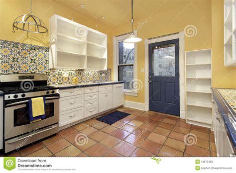 cuisine terre cuite cuisine avec le carrelage de terre cuite photos stock