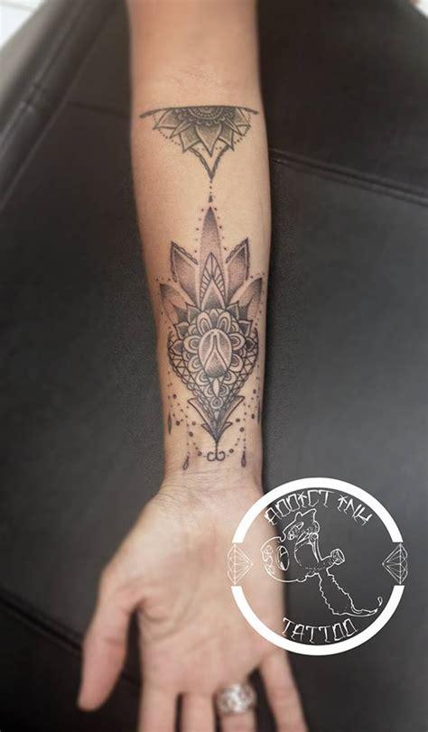 tatouage mandala dotwork dentelle femme avant bras