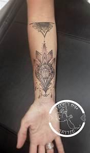 Tatouage Avant Bras Femme Mandala : tatouage mandala dotwork dentelle femme avant bras ~ Melissatoandfro.com Idées de Décoration