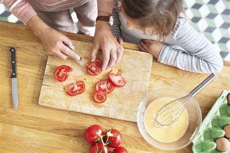 apprendre à cuisiner cuisiner avec les enfants apprendre en s 39 amusant et en