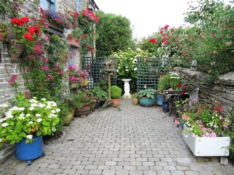 Home Design Ideas Decorating Gardening by Garden Design Tips To Deal With Small Space Theydesign