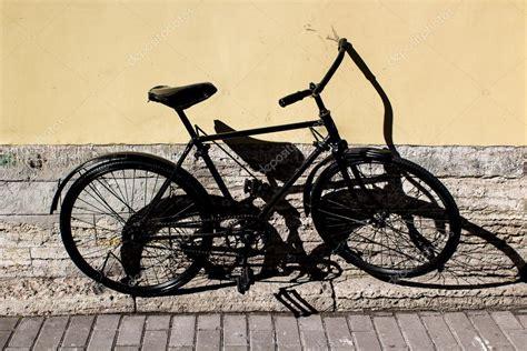 Fahrrad An Die Wand Hängen by Das Fahrrad An Der Wand Stockfoto 169 Oren Fox 82771460