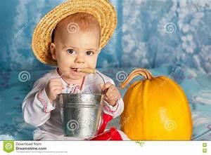 Chapeau De Paille Enfant : enfant de paysans dans un chapeau de paille jugeant un ~ Melissatoandfro.com Idées de Décoration