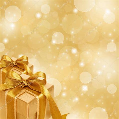 scatola regalo doro su sfondo  natale oro astratta