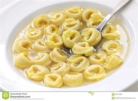 tortellini dans le brodo cuisine italienne photo stock