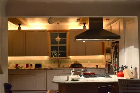 idea of kitchen cabinet accent lighting