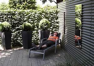 Trennwände Für Terrassen : sichtschutz aus wellblech vor sitzecke im garten trennwand ~ Michelbontemps.com Haus und Dekorationen