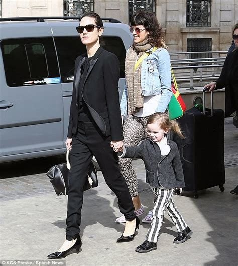 jennifer connelly street style jennifer connelly and daughter agnes arrive in paris to